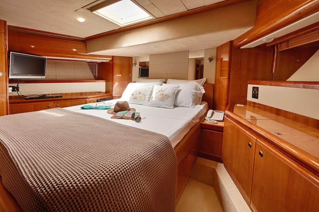 Motor-Yacht-AMOR-VIP-suite-1