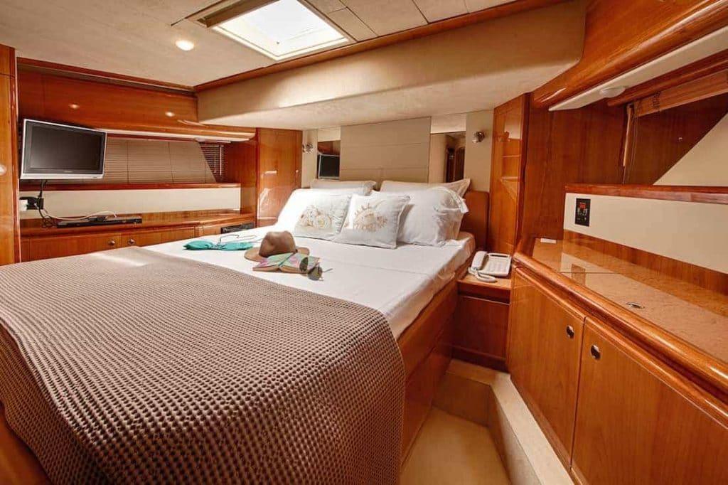 Motor-Yacht-AMOR-VIP-suite-2