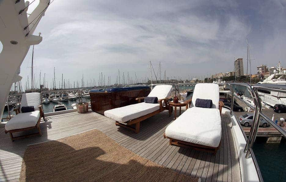 03-ANYPA-Chaise-lounges-and-Jacuzzi-2