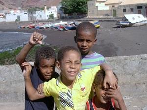 Yachtcharter-Kapverden-Kinder am Strand