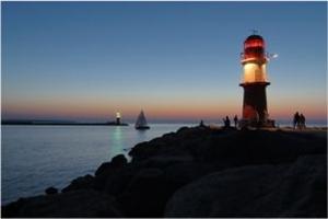 Yachten Ostsee vor Leuchtturm Warnemünde