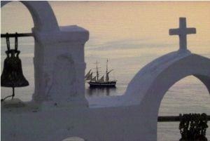 Griechenland Kykladen_Kirche mit Boot